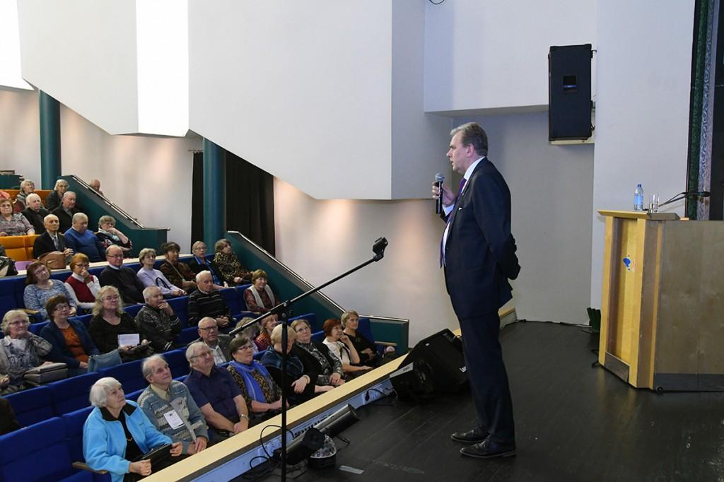 Andres Herkel TÜ Pärnu kolledži Väärikate ülikoolile loengut pidamas. Foto Urmas Saard