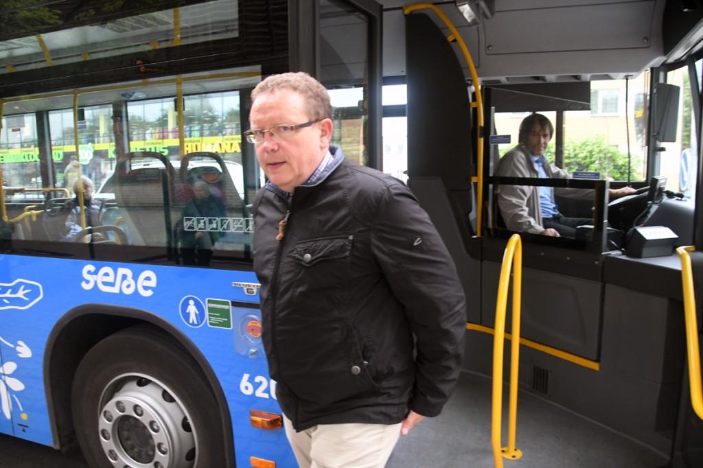 Andrus Kärpuk, MTÜ Pärnumaa Ühistranspordikeskuse juhataja, on vaatamata nädalavahetusele kogu päeva jälgimas, et uuenenud linnatransport ja piletisüsteem toimiks viperestuta Foto Urmas Saard