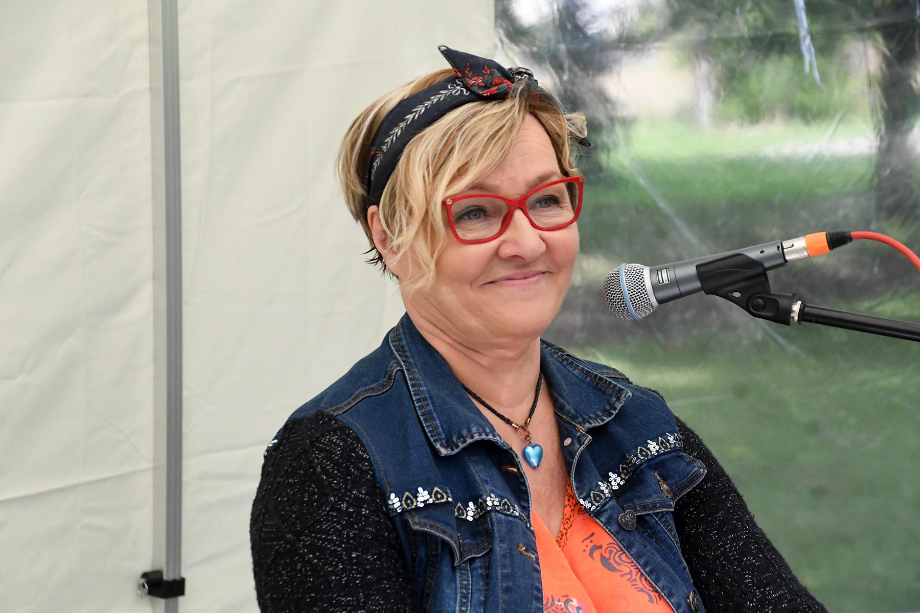Anne Adams Sindis vabaõhukontserti andmas. Foto Urmas Saard