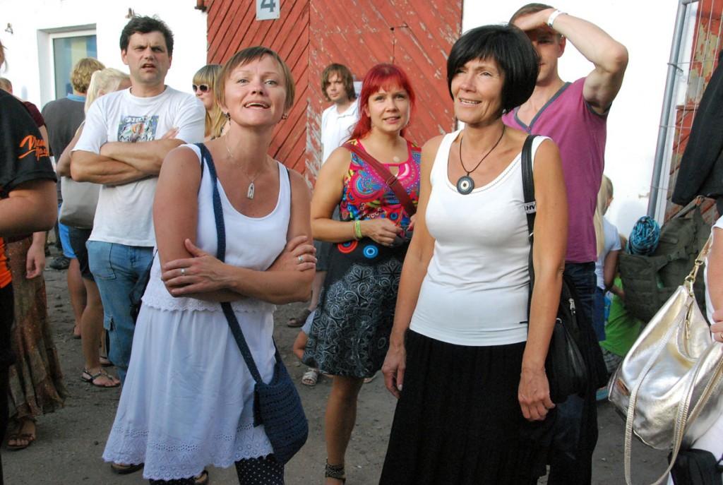 Anneli Aken ja Ilona Aasvere pärast oma etteastet publiku hulgas Foto Urmas Saard