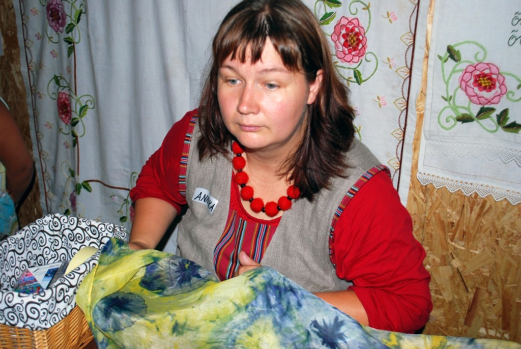Annika Põltsam juhendab siidi maalimist oma Seljaku talu esimesel käsitööpäeval, 2012 a augustis Foto Urmas Saard