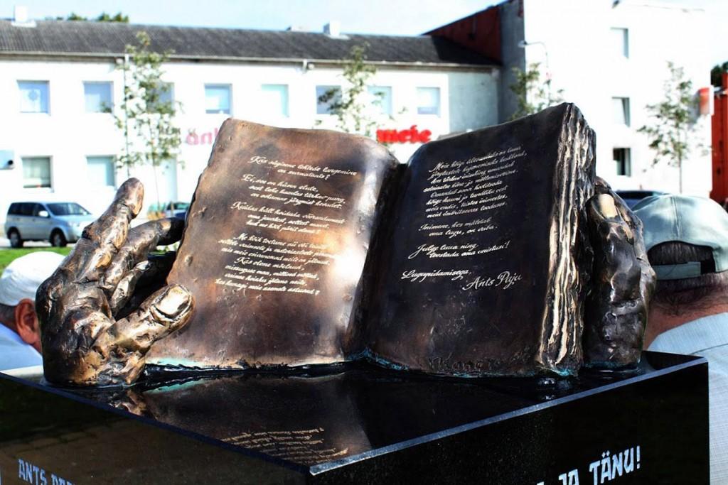 Ants Paju nimelise pingi juurde kuulub ühe kujunduselemendina raamat Foto Sirje Kalev