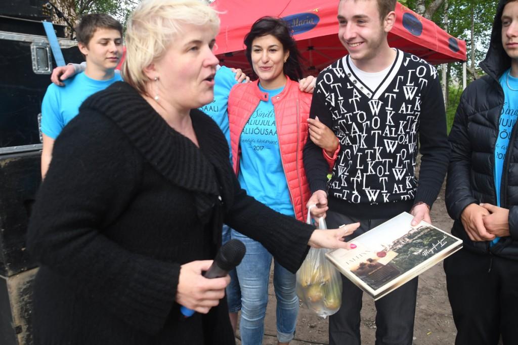 Anu Luiga, Valgjärve valla Avatud Noortekeskuse juhataja, tänab ja kiidab Raido Nazarovit ja tema meeskonda Foto Urmas Saard