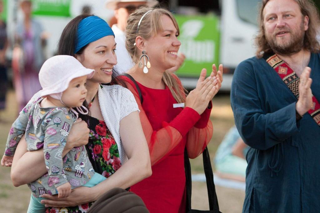 Astrid Nõlvak, Mari Kalkun ja Sakarias J. Leppik Kassari kiigeplatsil Foto Laur Meldorf