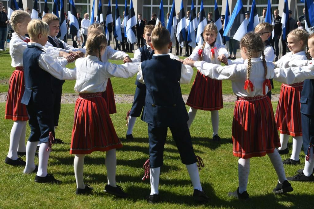 Audru kooli Kullakera kandjad lipu päeval Pärnus Rüütli platsil Foto Urmas Saard