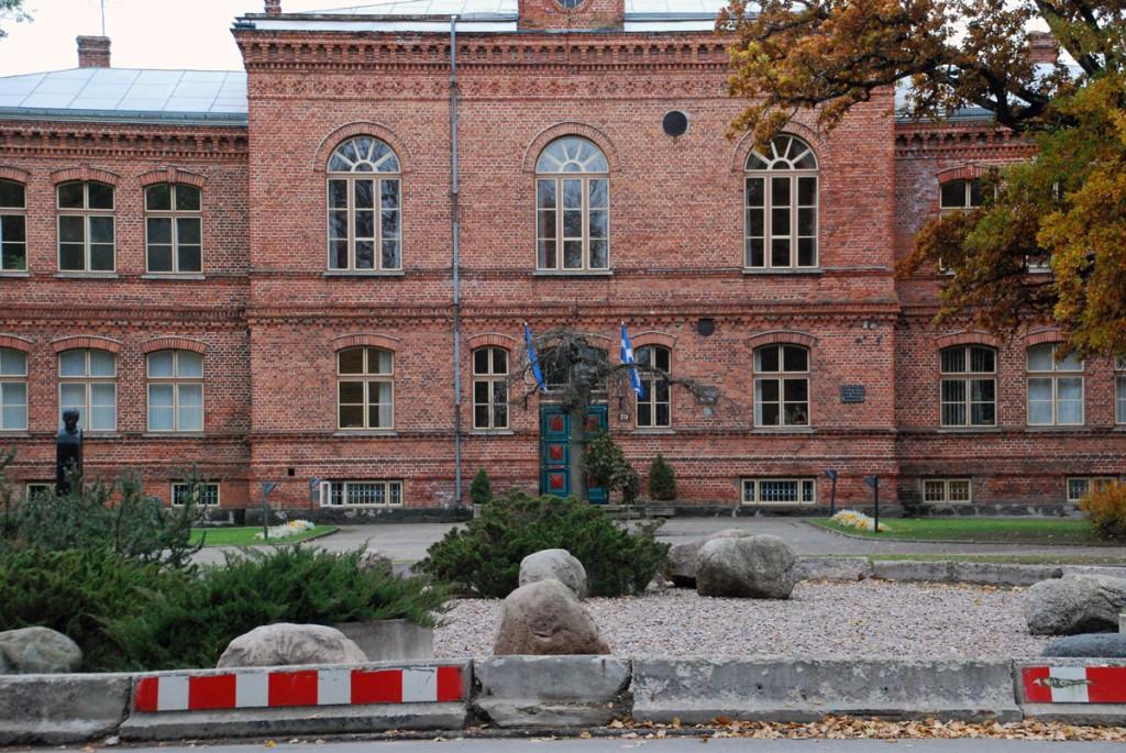 Augustiarvamus toimub 1875 aastal valminud hoones, kus praegu tegutseb Pärnu Kuninga Tänava Põhikool, aga mis enne I maailmasõda oli haridustempliks kõigile, kes Pärnust ülikooli läksid Foto Urmas Saard