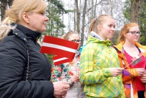 Ave Aaslaid Sindi gümnaasiumi õpilastega Uus-Jaani kalmistul Foto Urmas Saard