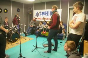 Bändilabori mentorid Bändomaania osalejaid koolitamas