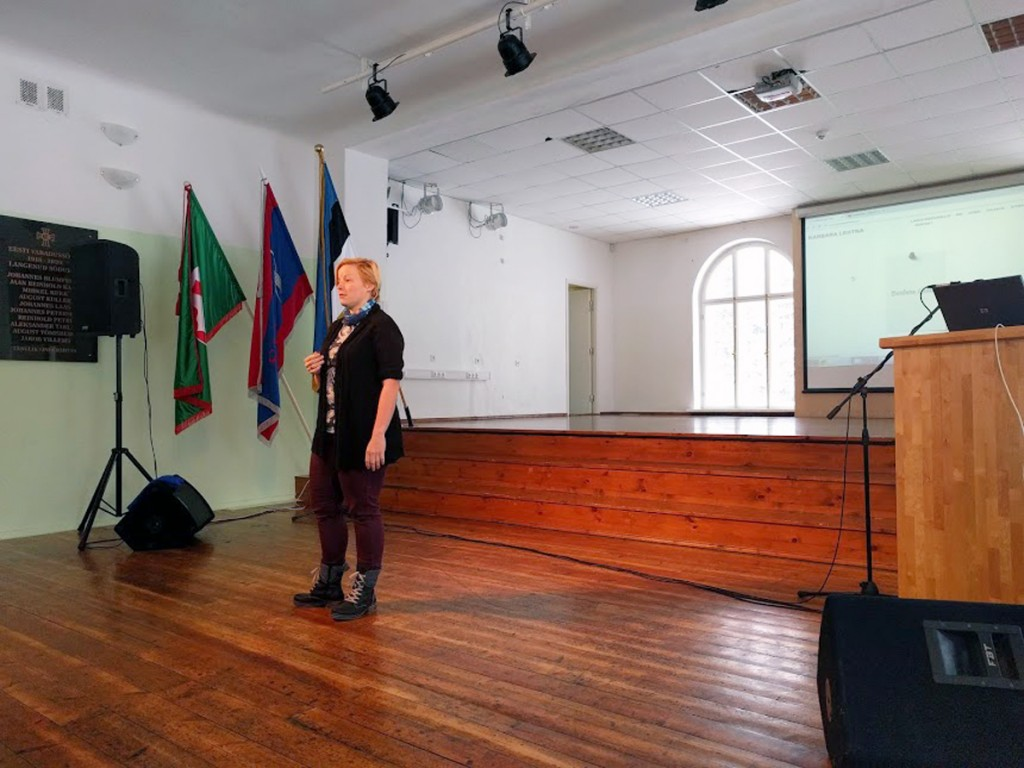 Barbara Lehtna Sindi gümnaasiumi aulas Foto Kristi Suppi