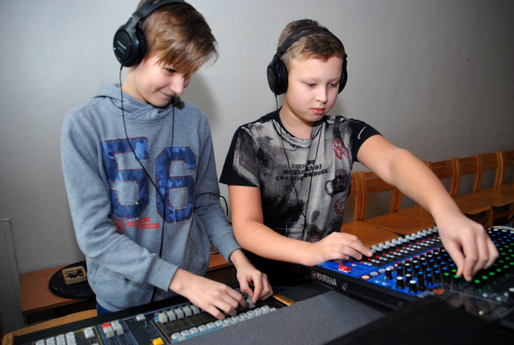 DJ oli Kaur Kasemaa (paremal), Sindi gümnaasiumi 6 klassi õpilane ja teda aitas valgustusega tema klassivend Mattias Buht Foto Urmas Saard