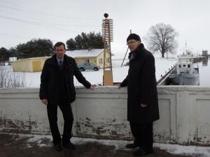 Jõgeva maavanem Viktor Svjatõšev Mustvee linnapea Pavel Kostrominiga nüüdisaegse sadama ehitamise teemal vestlemas. Foto: Klaire Ründva
