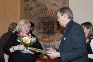Pille Tutti õnnitleb Tiit Urva. Foto: Johannes Haav