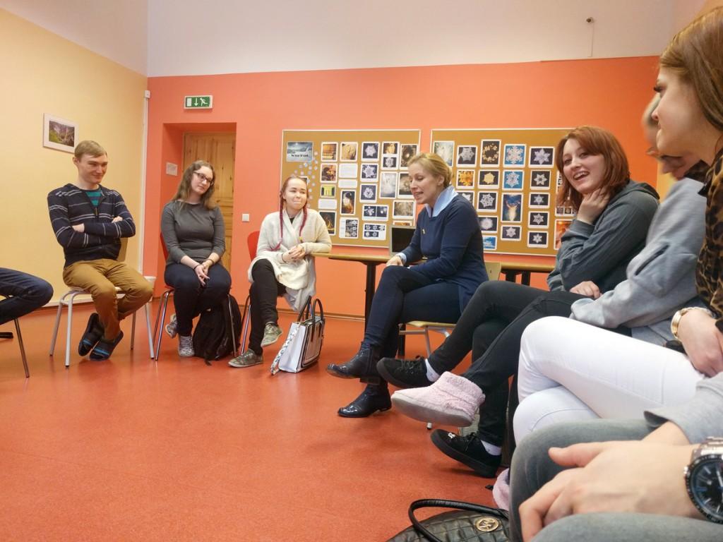 Diana Sooväli gümnasistide keskel, temast paremal Eliria Kaup Foto Kristi Suppi