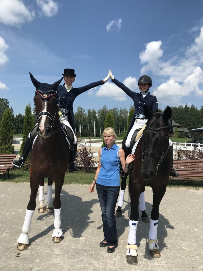 Dina Ellermann, Getter Kangur ja treener Alla Gladõševa võidurõõmu jagamas. Foto Kaie Kanguri erakogu