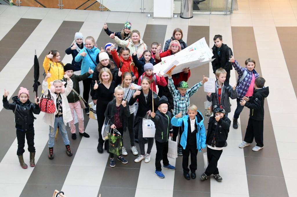 Edukad Sindi gümnaasiumi õpilased lahkuvad tulevikutegijate ideekonkursilt ühes oma õpetaja Eneli Arusaare ja mitme väärtusliku auhinnaga Foto Urmas Saard