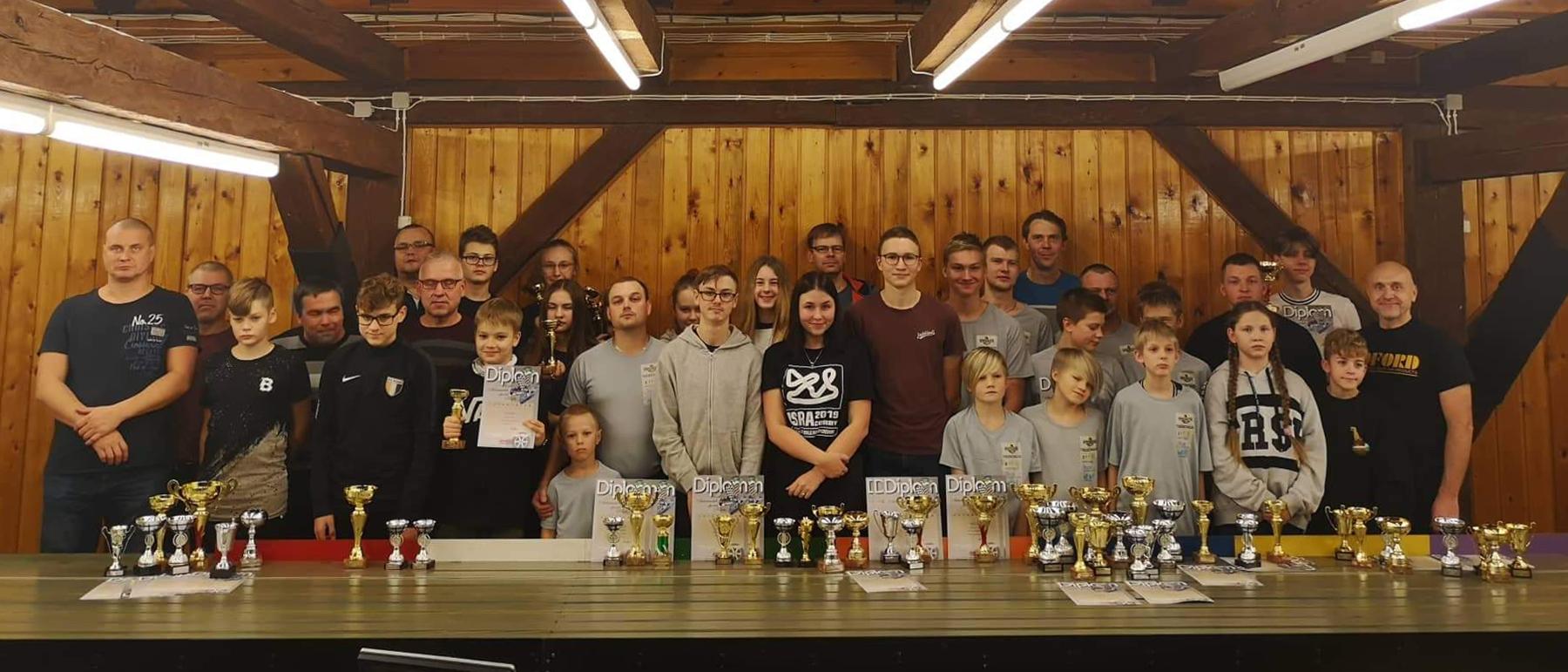 Eesti automudelismi juhtrajasõidu karikasarja 2019. aasta viimase etapi osalejad Haapsalus. Foto Johannes Mets
