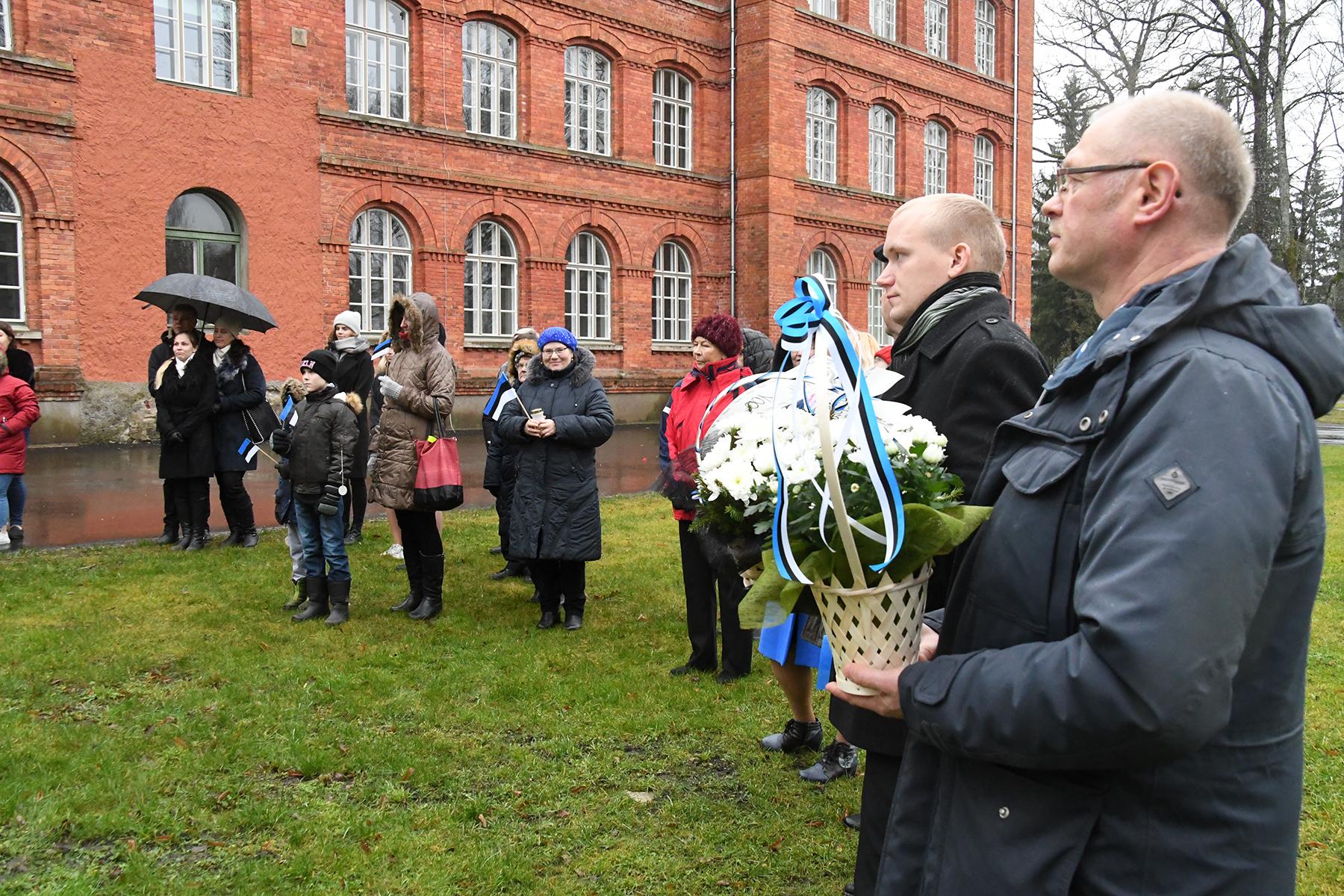 Eesti lipu seltsi Sindi osakonna liikmed Kardo Kase ja Ain Keerup lillekorvidega Seljamaa ausamba ees. Foto Urmas Saard