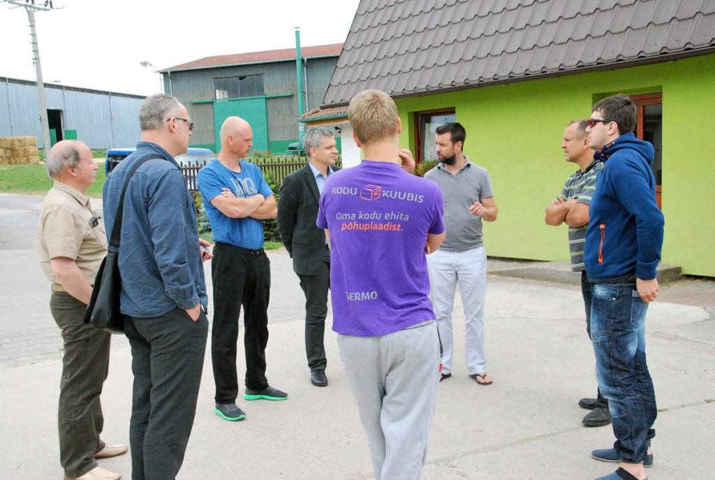 Eestlased kohtuvad Jedousovis põhuplaadi tehase ainuomaniku Jan Bareš'iga (paremalt kolmas) Foto Urmas Saard