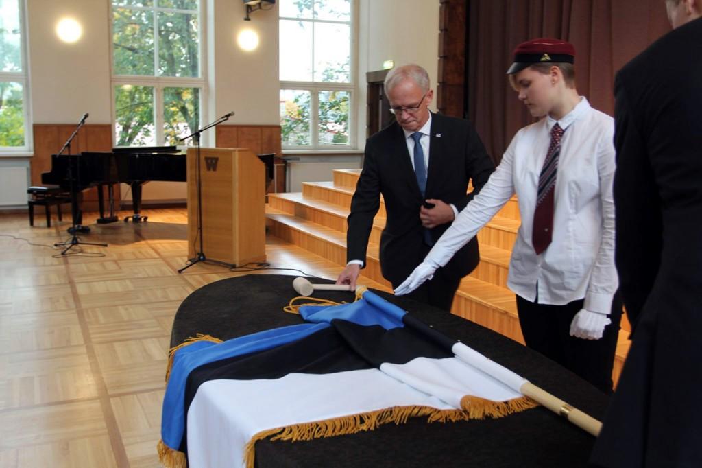 Eiki Nestor lööb Jakob Westholmi gümnaasiumi 120 sünnipäeva tähistamisel naela lipuvardasse Foto Jakob Westholmi gümnaasium
