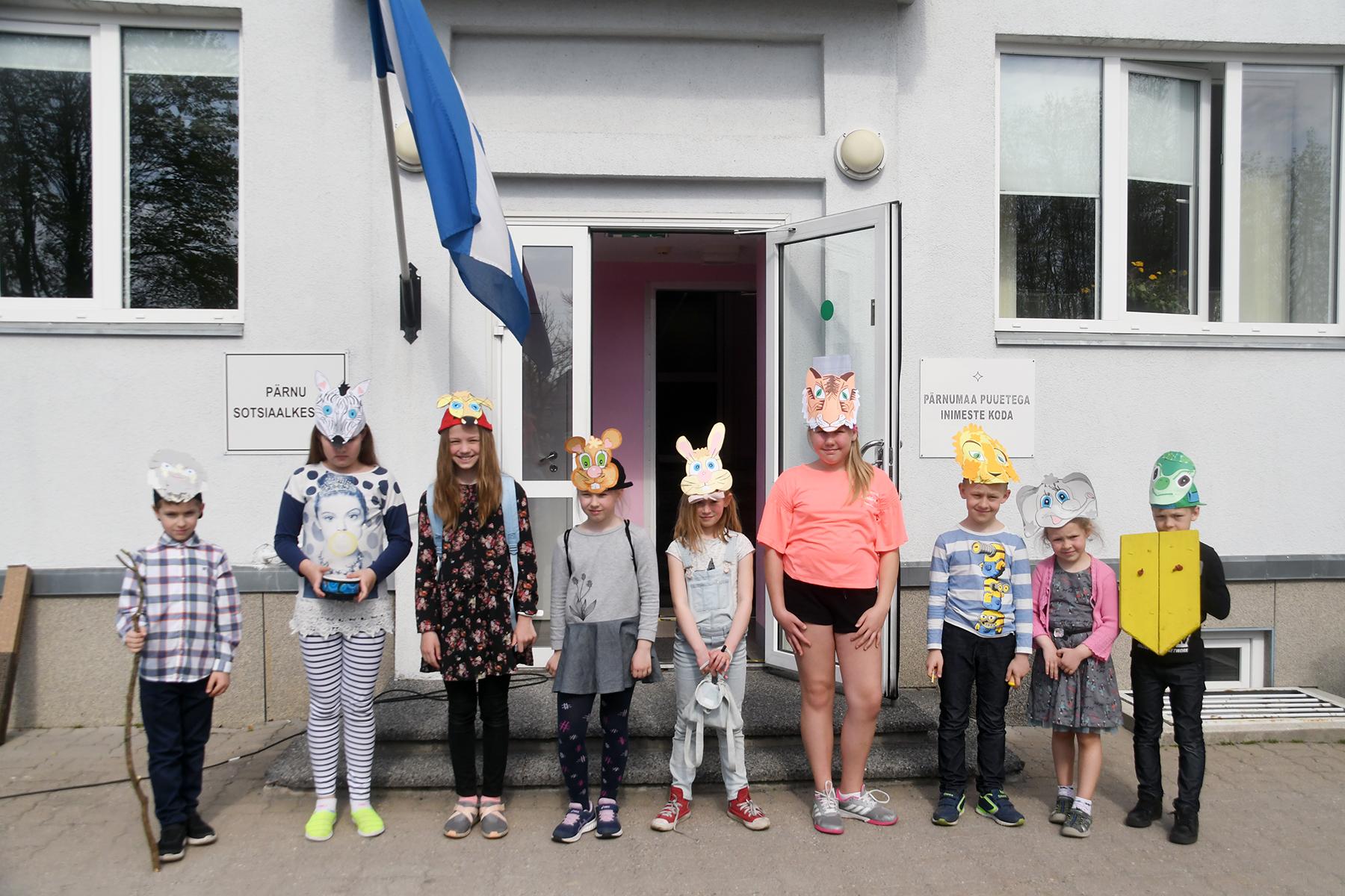 Eliisabeti koguduse pühapäevakooli näiterühma lapsed Pärnu sotsiaalkeskuse ees. Foto Urmas Saard