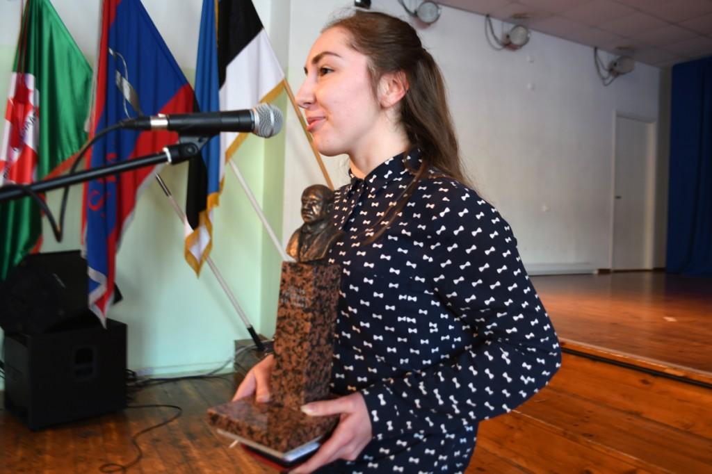 Eliise Kull,  Sindi gümnaasiumi õpilasesinduse president, kutsub noori 8 aprilli keskpäevaks  punase vahtra juurde Foto Urmas Saard