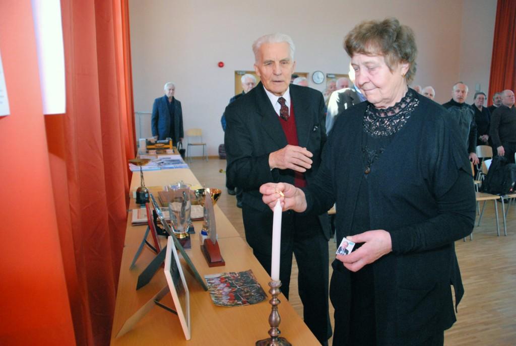 Ellen Laul süütab küünla 2016 aastal lahkunud Pärnumaa sportlaste mälestuseks Foto Urmas Saard