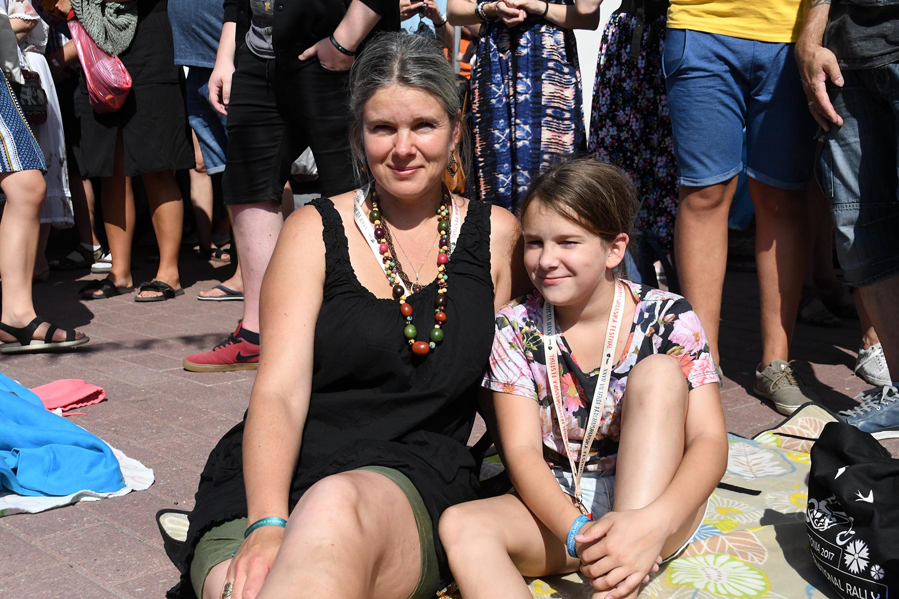 Ema ja tütar Erika Mitt ja Mathilda Mitt Viljandi folgil Kultrahoovis. Foto Urmas Saard