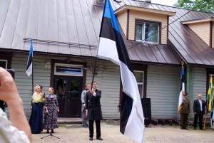 Emilie Beermann õmbles esimese sinimustvalge lipu Põltsamaa kihelkonnakooli näputööklassis Foto Urmas Saard