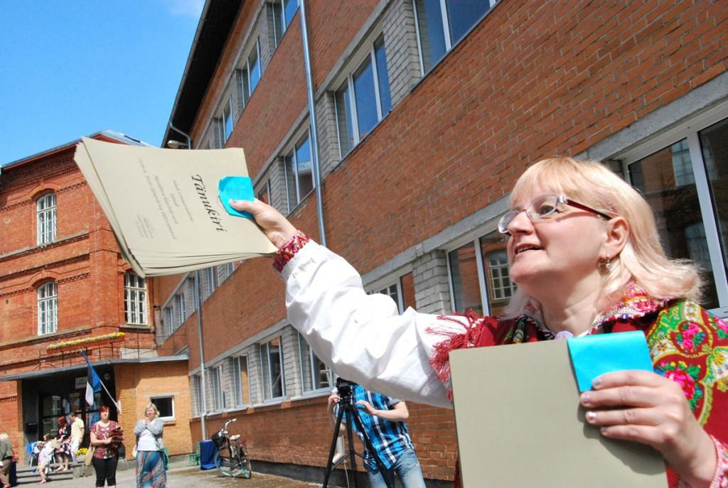 Eneli Arusaare käes on Sindi linnavalitsuse tänukirjad lipu päeval esinejatele, keda oli üle saja Foto Urmas Saard