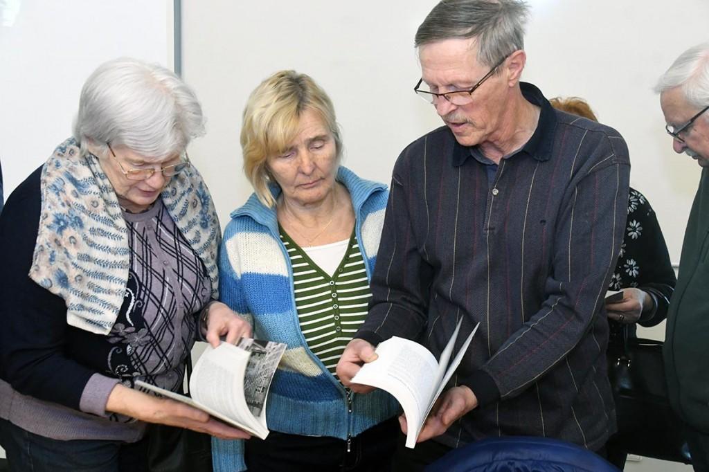 Enn Hallik tutvustab pärnakatele sarja Meritsi maailma läinud eestlaste lood raamatuid Foto Urmas Saard