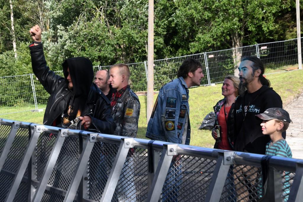 Esimesed Sindi Rocki fännajad on võtnud koha sisse vahetult pealava ees Foto Urmas Saard