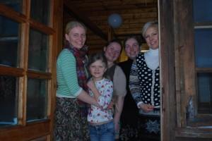 Evelin Ilves ja seto sõsarad (vasakult) Triin, Kadri ja Kerti Vissel Rosma kooli köögiuksel, keskel Triinu tütar Päikeriin. Foto: Hele-Mai Alamaa