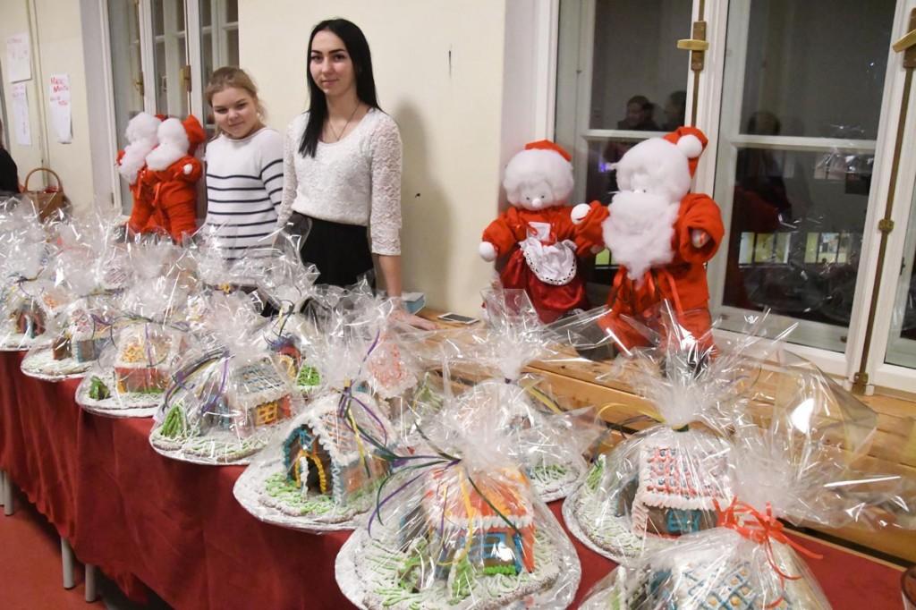 Georgina Ristoja (paremal) ja Katrin Kärg Sindi gümnaasiumi õpilaslaadal 2017 a jõulukuul Foto Urmas Saard