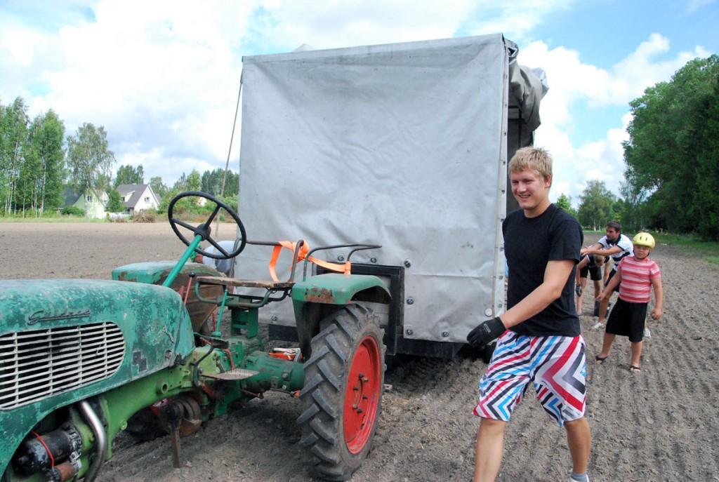 Germo Karro läheb teo käigul liikuvat traktorit peatama, et kivide noppijad järele jõuaks Foto Urmas Saard