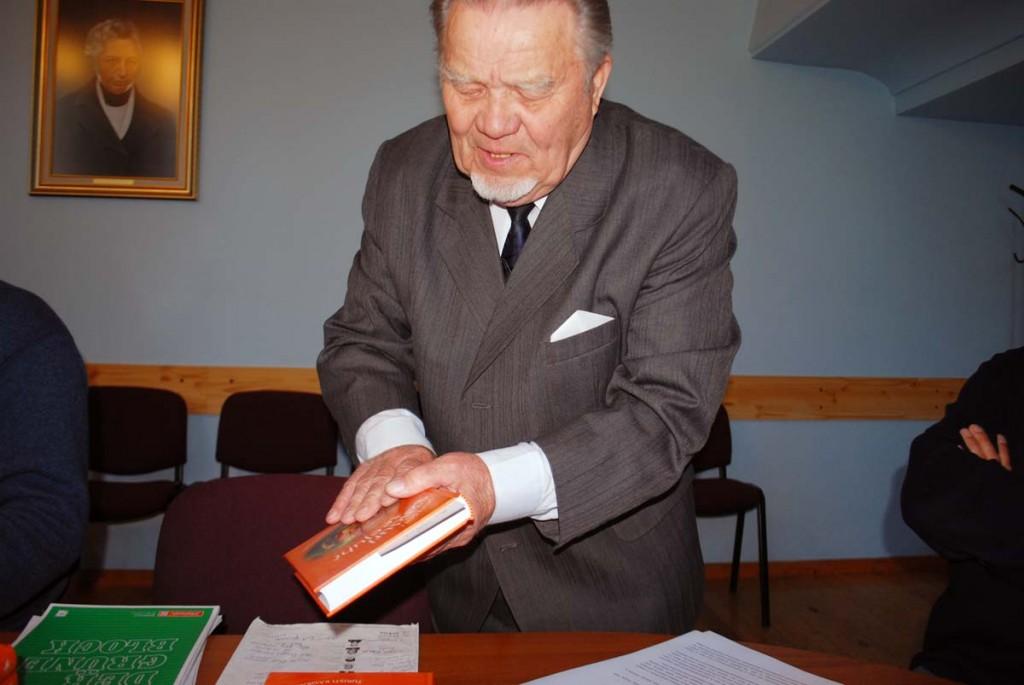 Hans Soll tänab Sindi raekojas oma abilisi Foto Urmas Saard