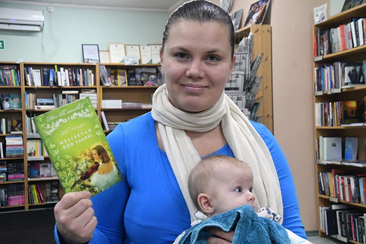 Heli Künnapas ja Johanna Urge raamatukogus. Foto Urmas Saard