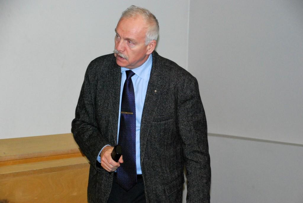 Henn Vallimäe, TÜ Pärnu kolledži direktor, moderaatorina Tervise konverentsisaalis Foto Urmas Saard