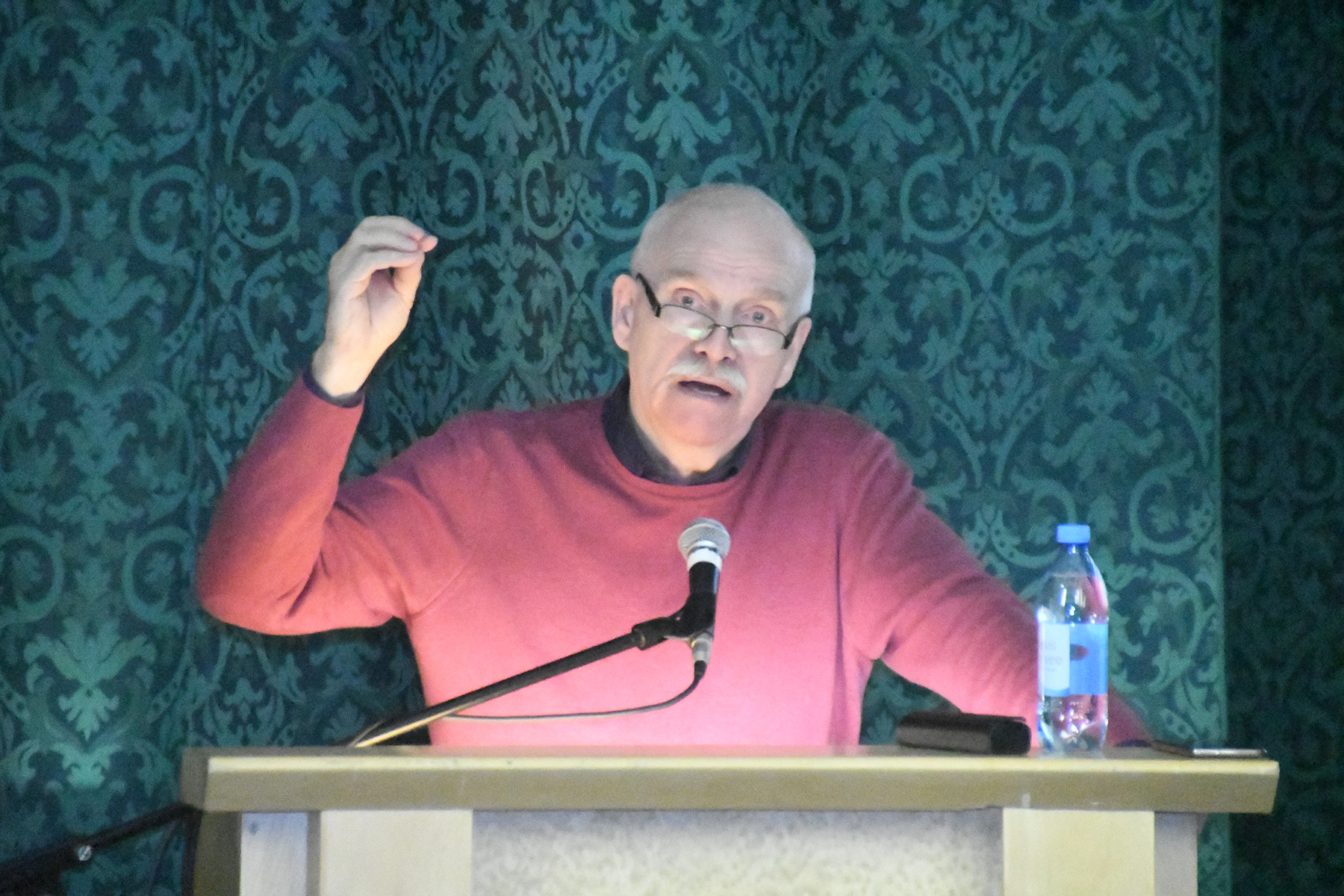 Henn Vallimäe räägib Pärnu väärikatele ausast mängust. Foto Urmas Saard