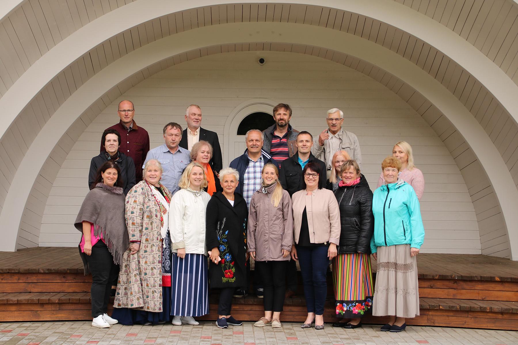 aeb8017b588 Hindamiskomisjoni liikmed ja kogukonnaelu edendajad Sadala kõlakoja all.  Foto Marge Tasur
