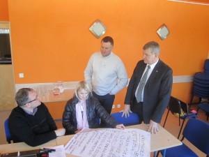 Töögrupp arutlemas Holstre-Pollis Viljandi maakonna arenguvisiooni üle. Foto: Viljandi maavalitsus