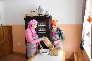 Urvaste kandi aktiivsed naised Mariina Kõller ja Airi Hallik-Konnula Urvaste seltsimajas oma kuulsat kama pakkimas. Foto: erakogu