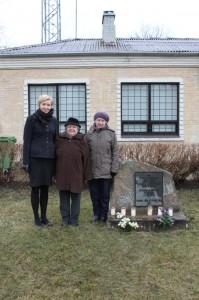 Veriorast 1949. aastal küüditatud õed Tiiu Hammer ja Helle Peedusoo koos Põlva maavanem Ulla Preedeniga. Foto: Maret Reinumägi