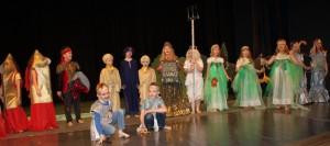 """Mammaste lasteaia ja kooli 1. klasside näiteringi etendus """"Kel ilusad mõtted on peas, sel heateod kui pärlid on reas"""". Foto: Põlva maavalitsus"""