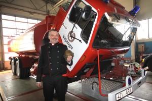 Vajangu tuletõrjeühingu tegevjuht Toomas Sillamaa taastatud paakauto juures.