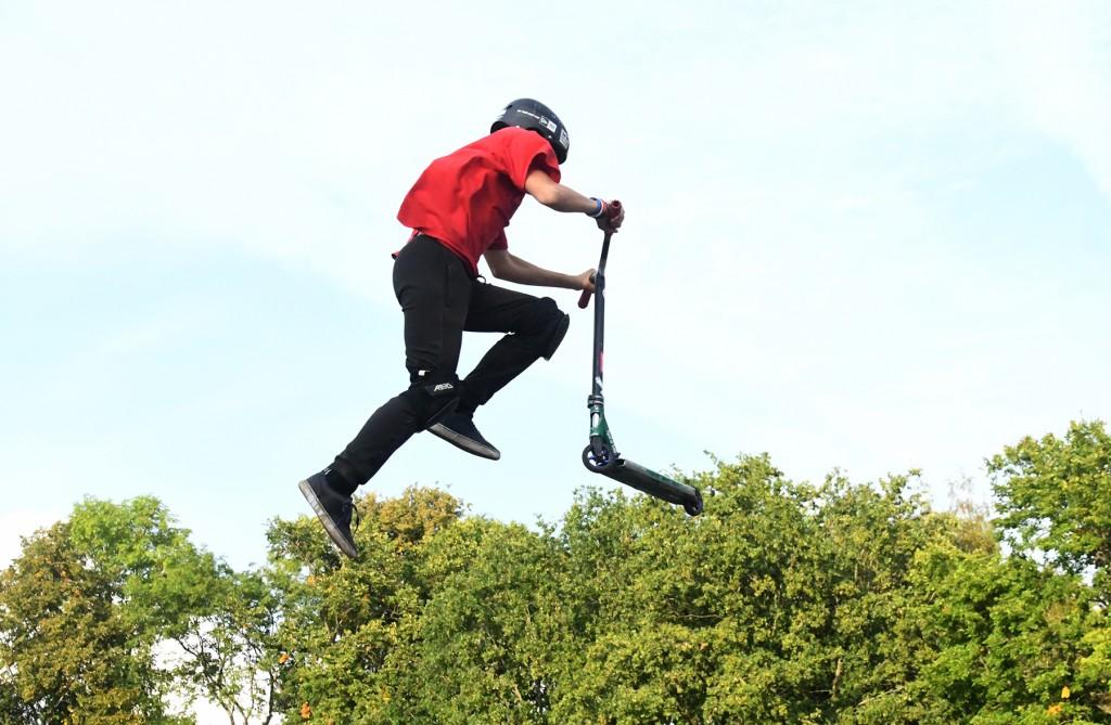 Illustreeriv pilt Sindi skatepargis toimuvatest tõukeratturite trikitamistest. Foto Urmas Saard