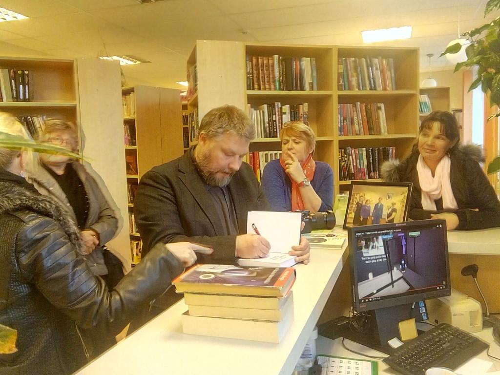 Indrek Hargla Mustvee raamatukogus autogramme andmas. Foto Jaan Lukas