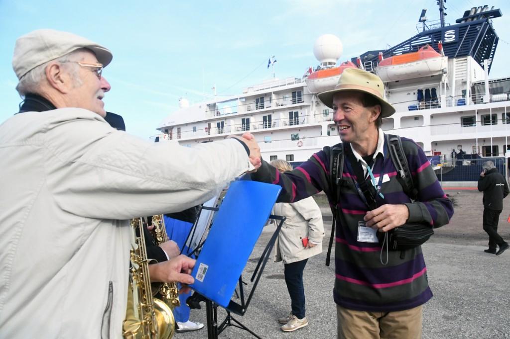 Island Sky kruiislaevaga Pärnut külastavad turistid tänavad kättpidi pasunakoori Õnn Tuli Õuele mängijaid Foto Urmas Saard