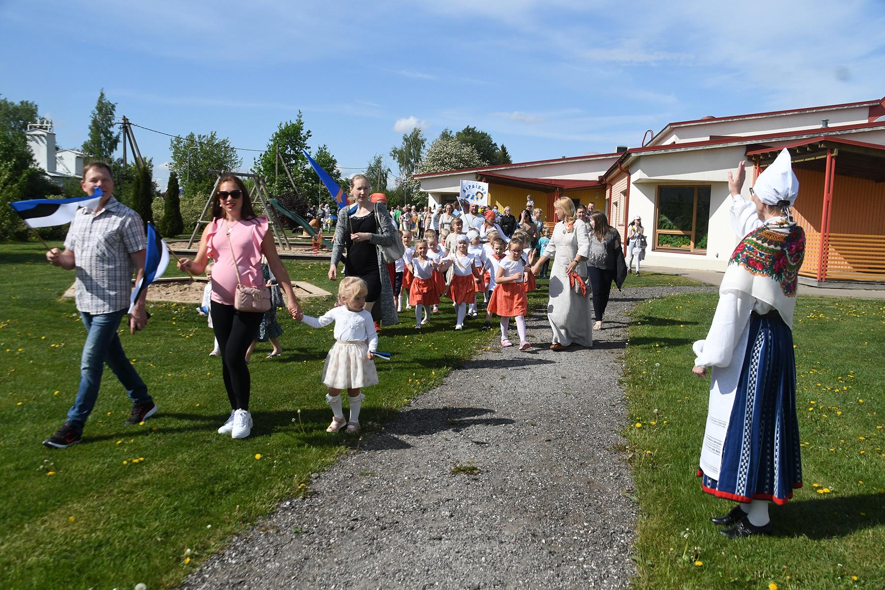 Jänesselja lasteaia laulu- ja tantsupeo rongkäik jõuab lasteaia suurele õuele. Foto Urmas Saard