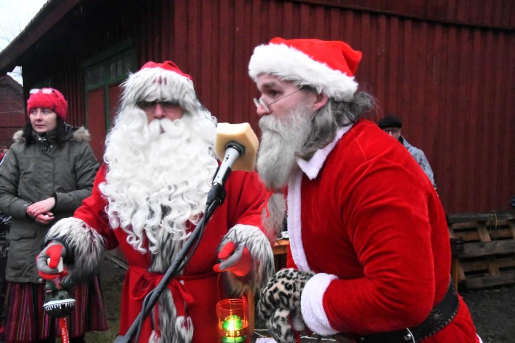 Jõulutaadid Kulla ja Vidi, nende kõrval kuulab tähelepanelikult jõuluvanade juttu Sindi lasteaia muusikaõpetaja Ülle Ots Foto Urmas Saard