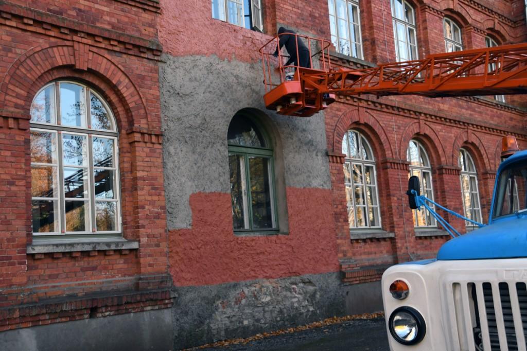 Jüri Saks värvib 117 aasta vanuse Sindi koolihoone krohvitud halli laigu punase telliskivi toonis fassaadivärviga nägusamaks Foto Urmas Saard